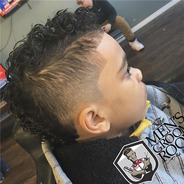 Mái tóc xoăn kéo dài từ đỉnh đầu kéo dài tới đằng sau gáy như cậu nhóc này thì sao nhỉ?