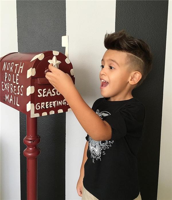 Cậu nhóc Ryan Secret sở hữu tài khoản Instagram với hơn 120.000 người theo dõi nhờ mái tóc cùng phong cách thời trang ấn tượng.