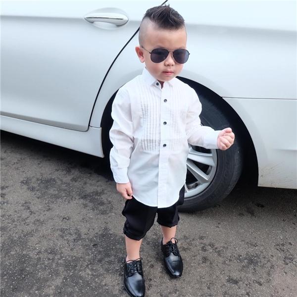 Không chỉ có mái tóc siêu chất, cậu nhóc Jayden còn sở hữu phong cách thời trang ấn tượng.