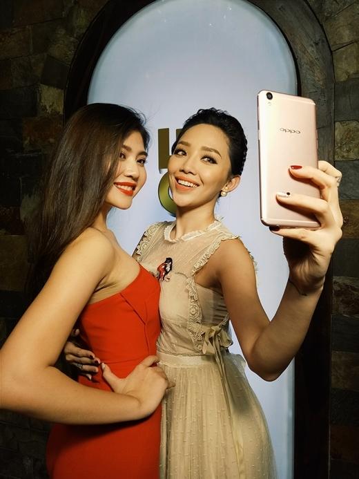 Tóc Tiên selfie cùng Huyền Thanh – thí sinh thắng cuộc trong thử thách này.