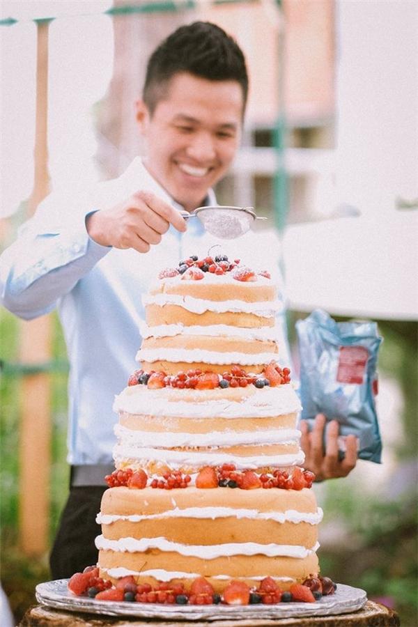 Bánh cưới tuyệt đẹp, được tận tay hội bạn thân của cặp đôi trang trí.