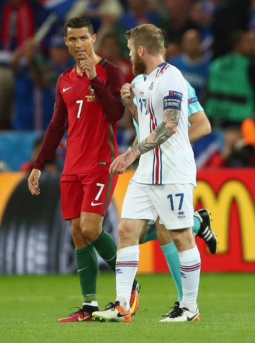 Ronaldo tỏ thái độ của một ngôi sao với người đồng nghiệp.