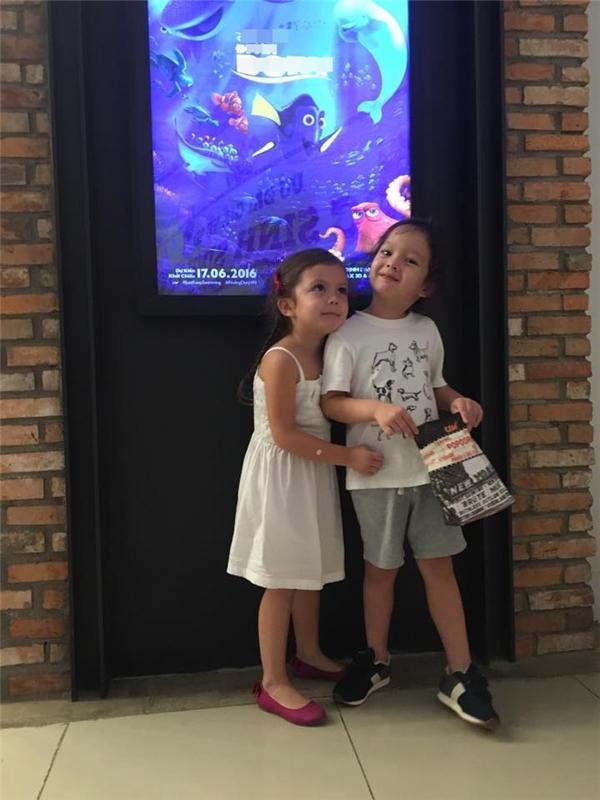 Cặp song sinh nhà Hồng Nhung hớn hở khi được mẹ cho đi xem phim hoạt hình.