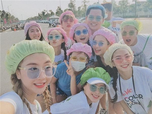 Ba cô hot girl đình đám Hà thành cùng bạn bè tham gia một chương trình lớn dành cho giới trẻ. (Ảnh: Internet)