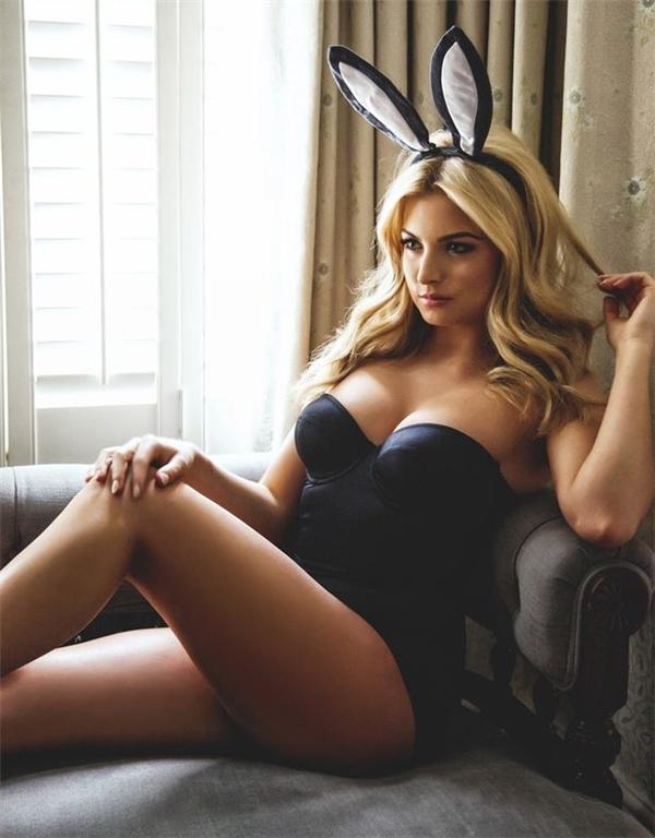 Sau khi Zara bị tước vương miện, nhiều bức ảnh mát mẻ của cô cũng được chia sẻ với tốc độ chóng mặt trên mạng xã hội.