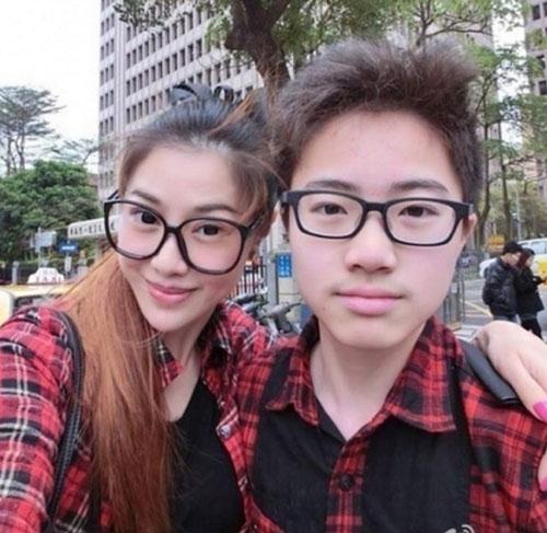 """Cậu bé Zhang cũng chia sẻ những cảm nghĩ khi đã may mắn có một người mẹ tuyệt vời:""""Lúc đầu nhiều bạn bè của cháu hay nhầm mẹ là chị gái. Có người còn hỏi là làm sao cháu có thể chinh phục được cô bạn gái dễ thương như thế.Khi cháu nói ra mọi người còn tỏ ý nghi ngờ""""."""