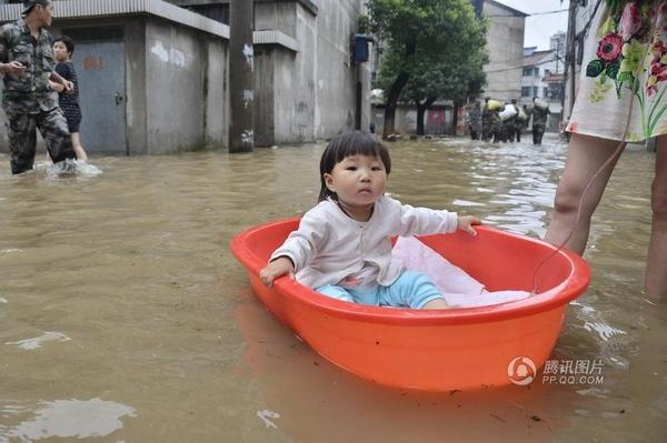 Truyền thuyết kể lại rằng những em bé được bố mẹ dắt qua phố mưa lũ thế này sẽ rất hiểu và trải đời.