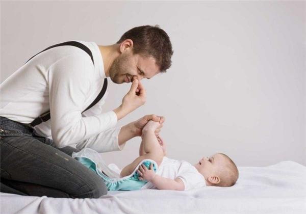 Con nít thì có bao nhiêu thứ cần để ý đâu... chủ yếu chỉ là ăn, ngủ, và... tè, ị. Nên rằng, các ông bố cũng phải làm quen với việc thay tãcho con thôi... (Ảnh: Internet)