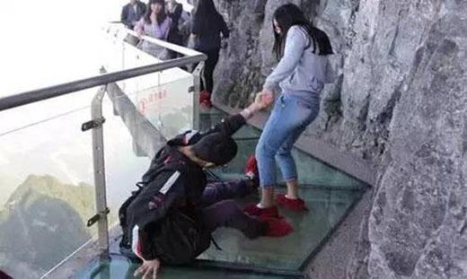 Thậm chí, một anh chàng đã nhất quyết không rời nửa bước, mặc cho bạn gái lôi tay kéo đi