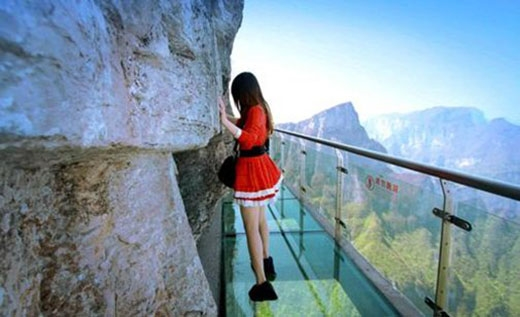 """Đưa bạn gái lên vách núi để chứng tỏ """"bản lĩnh đàn ông"""", không ngờ lại nhận về cái kết bẽ bàng"""