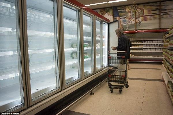 Những siêu thị bán hàng cho dân thường đang trong tình trạng trống rỗng, không có cả các nhu yếu phẩm cơ bản nhất.