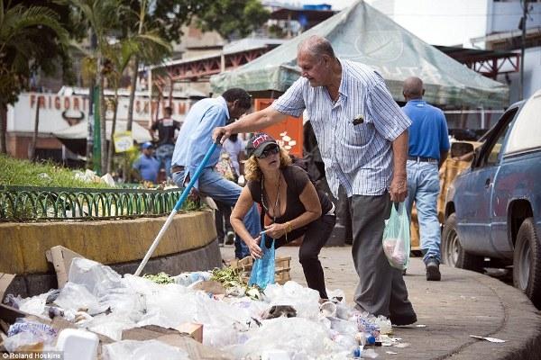 Khi các cửa hàng không còn gì cả thì những bãi rác chất đống bên đường trở thành điểm đến của nhiều người dân Venezuela.