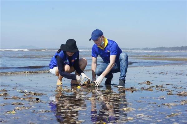 Nam ca sĩ Kyo York cũng phụ Thu Minh dọn sạch rác ở bãi biển Sầm Sơn.