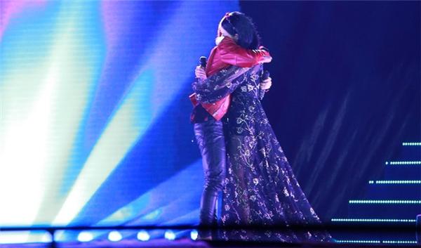 Cả hai đã kết hợp vô cùng ăn ý trên sân khấu và không ngần ngại ôm chầm lấy đối phương vì xúc động. - Tin sao Viet - Tin tuc sao Viet - Scandal sao Viet - Tin tuc cua Sao - Tin cua Sao