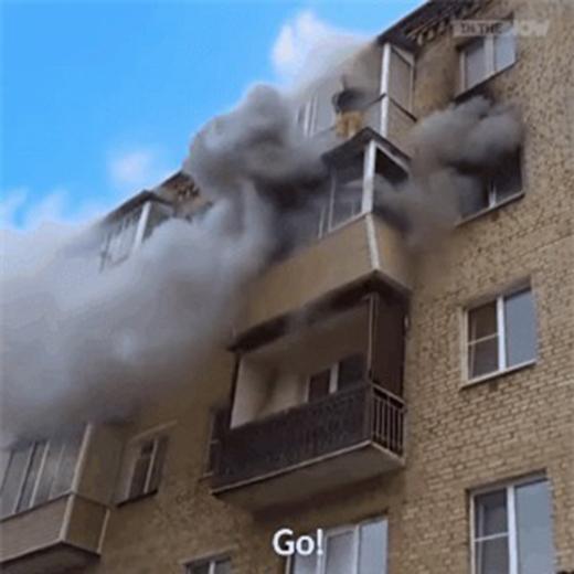 ...người đàn ông này mới nhảy xuống thoát khỏi đám cháy đang lan dữ dội