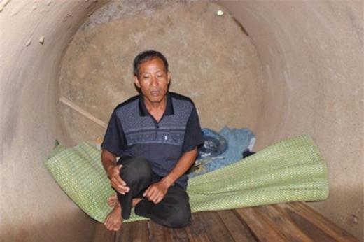 Hơn 10 năm, bác Nguyễn Hữu Định sống tạm bợ, lúc ở vỉa hè, lúc ngủ nhờ nhà vệ sinh công cộng, thậm chí nơi ở chỉ là một chiếc cống bỏ hoang để tiết kiệm chi phí.