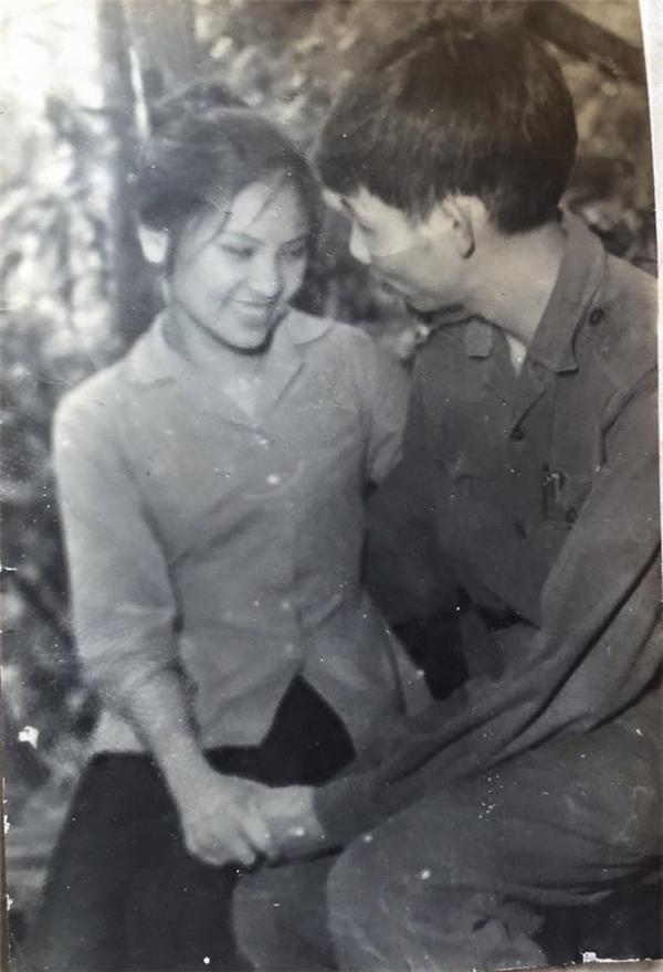 """Thanh Lam chia sẻ bức ảnh cũ của cha mẹ và nói lời cảm ơn tới cả hai:""""Cảm ơn cha mẹ đã cho con mộttrái tim biết lắng nghe,yêu thương cho và nhận!!!Thank you for loving me.Thank you for holding me."""" (Cảm ơn vì luôn yêu con, cảm ơn vì luôn che chở con). - Tin sao Viet - Tin tuc sao Viet - Scandal sao Viet - Tin tuc cua Sao - Tin cua Sao"""