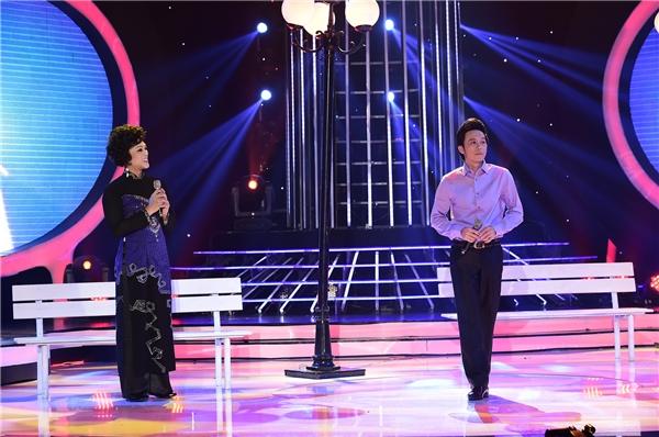 """Ngay sau nhận xét của mình, giám khảo Hoài Linh đã lên sân khấu """"thị phạm"""" cho Ngọc Luân với sự minh họa chi tiết từng động tác."""