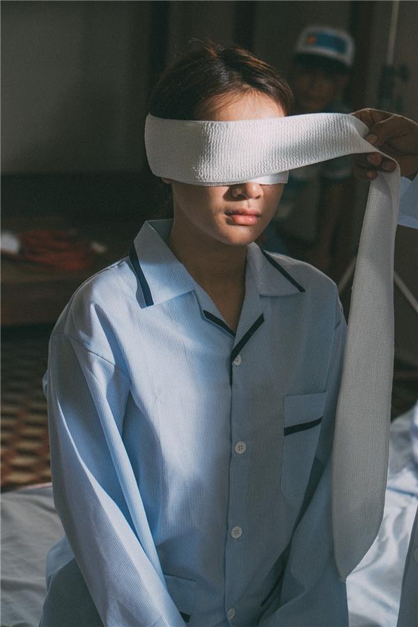Đây là lần đầu tiên nữ diễn viên hoá thân thành người mù, khó khăn nhất với cô là mắt vẫn mở mà phải cảm giác như không nhìn thấy gì xung quanh.