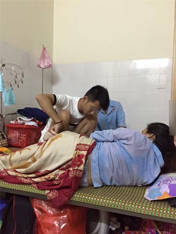 Ông bố 9X chăm vợ đẻ trong bệnh viện.