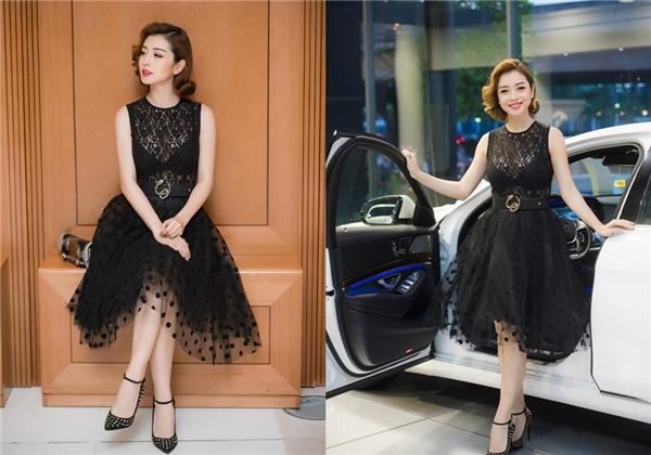 Sử dụng sắc đen trầm mặc, Jennifer Phạm vừa điệu đà với dáng váy xòe cổ điển nhưng không kém phần gợi cảm với chất liệu ren xuyên thấu mỏng tang. Phụ kiện đi kèm đều được chọn phối đồng điệu với trang phục của bà mẹ hai con.