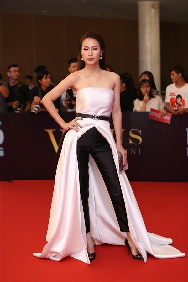 """Cựu người mẫu Thái Hà tái xuất và """"chặt đẹp"""" đàn em tại Đêm hội Chân dài 10. Cô diện thiết kế kết hợp quần âu ống ôm cùng váy xẻ tà sâu hút hiện đại."""