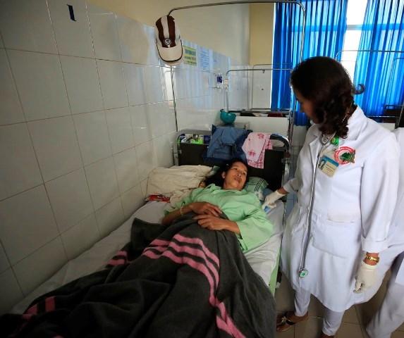 Một bệnh nhân đang nằm điều trị tại bệnh viện sau khi ăn bánh mì. Ảnh: Internet