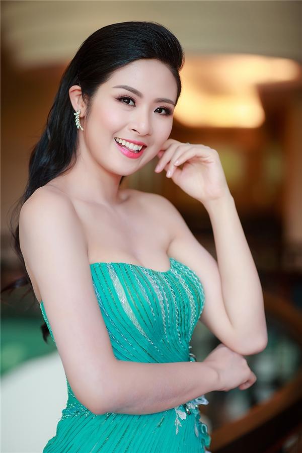 Thiết kế tạo điểm nhấn bởi những đường gân vải lạ mắt cùng chi tiết đính kết kì công, tỉ mỉ. Hoa hậu Việt Nam 2010 vẫn trung thành với kiểu trang điểm nhẹ nhàng, tự nhiên, ngọt ngào.