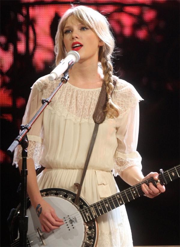 Taylor Swift vốn nổi tiếng là ngôi sao gương mẫu, luôn ăn mặc kín đáo, thùy mị