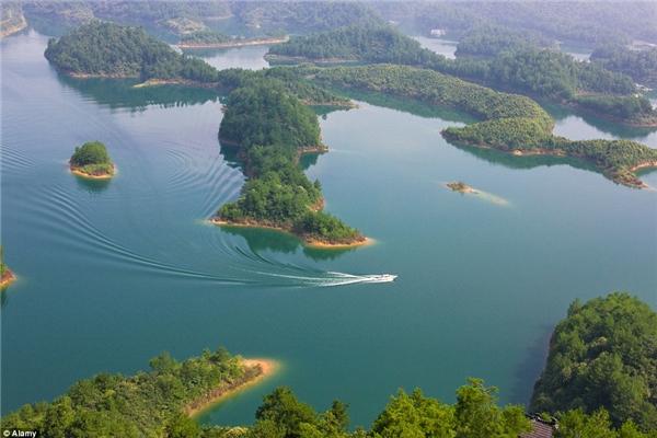 """Được biết, vào năm 1959, chính phủ Trung Quốc quyết định xây dựng trạm thủy điện tại sông Tân An nên đã cho hình thành hồ nhân tạo Thiên Đảo. Từ đó, chính thức """"chôn giấu"""" Sư thành sâu dưới lòng hồ.(Ảnh Internet)"""