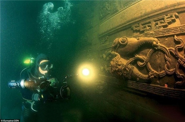 Sau hơn nửa thế kỉ bị lãng quên, năm 2001, dưới sự nỗ lực khám phá lòng hồ Thiên Đảo, đội thợ lặn Big Blue (Thượng Hải) đã tìm thấy Sư thành.(Ảnh Internet)