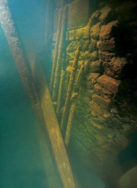 Đến khi bị nhấn chìm dưới lòng hồ, thì do tính chất môi trường nước khu vực này đặc biệt hơn nơi khác, bảo vệ Sư thành khỏi sự ăn mòn của nước. Tuy nhiên, câu trả lời thực sự, thuyết phục hơn vẫn đang được các nhà khoa học tìm hiểu.(Ảnh Internet)