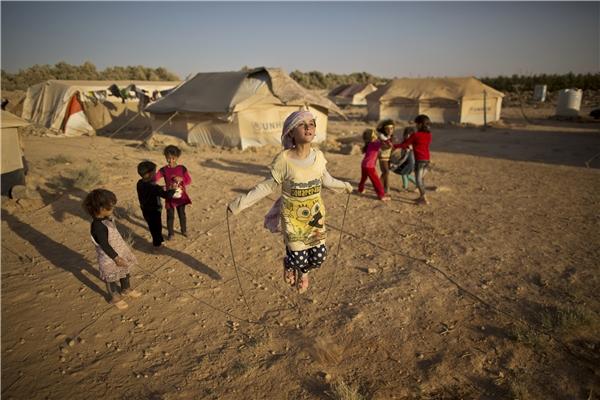 Zubaida Faisal, 10 tuổi, chơi đùa trong khu tị nạn ở Mafraq. Họ sống trong những khu lều tạm được dựng lên bởi sự hỗ trợ của các tổ chức quốc tế.