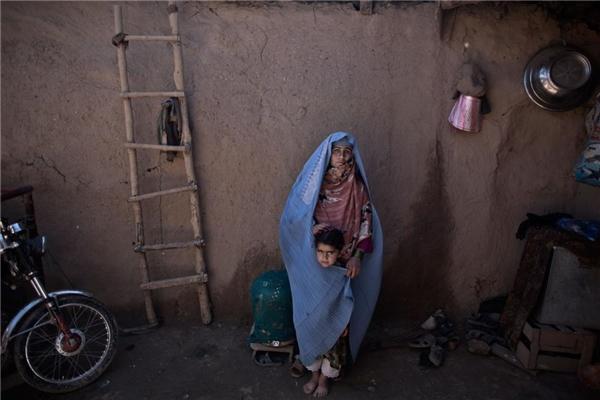 Trong cái rét căm căm của Pakistan, mẹ con em bé Lal Mina chỉ có thể quấn mình trong cái chăn bé xíu, mỏng tang. (Ảnh: AP)