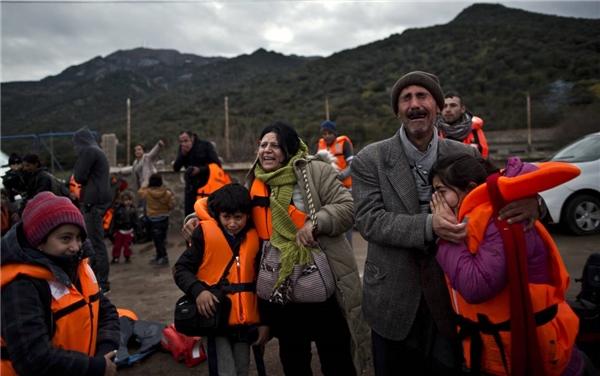 Những giọt nước mắt hạnh phúc của một gia đình tị nạn Iraq khi chuyến tàu ọp ẹp chở họ đi từ Thổ Nhĩ Kỳ cập bến đảo Lesbos, Hy Lạp an toàn. (Ảnh: AP)