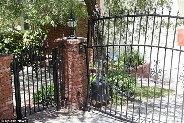 Cổng nhà riêng của Yelchin, nơi xảy ra vụ tai nạn. (Ảnh: Internet)