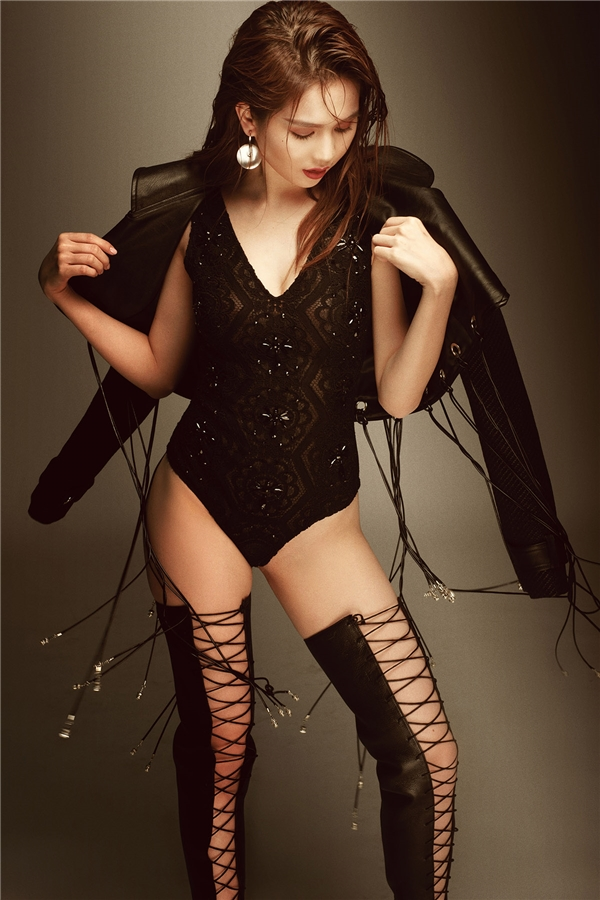 Đi kèm bộ trang phục là sandal chiến binh cổ cao hợp xu hướng. Các thiết kế nằm trong bộ sưu tập Sexy Killers đều lấy tinh thần gợi cảm, táo bạo nhưng đầy nội lực, mạnh mẽ của người phụ nữ trưởng thành làm chủ đạo. Các tông màu chủ yếu ở sắc độ trầm mặc như: đen, xám…