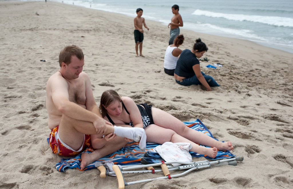 Krysta giúp Nathaniel tháo vớ khi họ cùng tham gia một buổi dã ngoại ở bờ biển tại California, Mỹ. (Ảnh: Internet)
