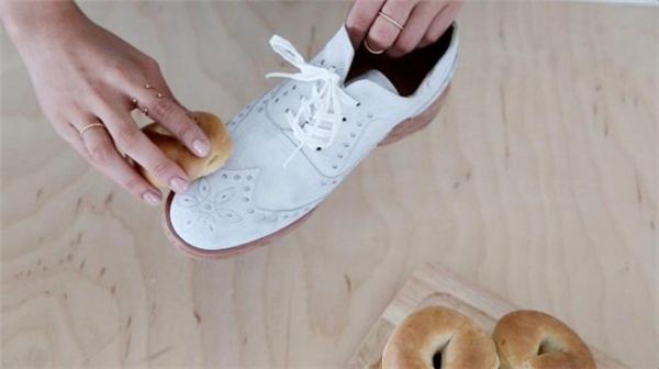 Tận dụng những lát bánh mì đãlâu ngày để lau giày nhé.(Ảnh: Bright Side)