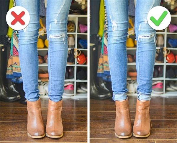 Đừng cố gắng nhét ống quần jeans vào trong giày cao cổ! Thay vì vậy, hãy nhẹ nhàng xắn lai quần lên, trông sẽ thời trang hơn hẳn đấy.(Ảnh: Bright Side)