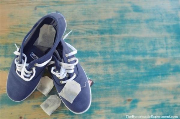 Đặt hai gói trà túi lọc vào mỗi chiếc giày là ổn thôi. (Ảnh: Bright Side)