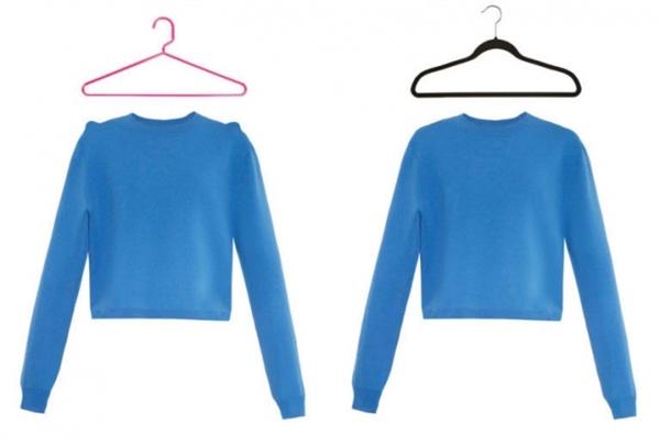 Áo đan móc rất nặng, nên nếu bạn dùng mắc áo thông thường, chiếc áo sẽ bị giãn ra rất nhanh. Thay vì vậy, hãy xếp gọn gàng và đặt áo len lên kệ, hoặc sử dụng mắc áo với phần vai tròn như trong ảnh. (Ảnh: Bright Side)