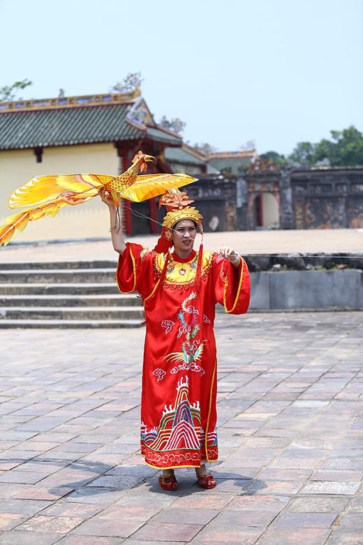 Phương Ti Tithử tài thả diều trong hoàng thành Huế.