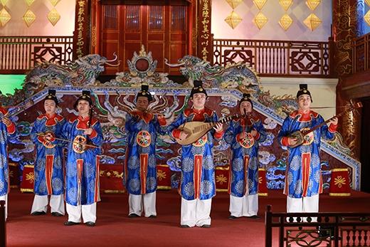 Nhã nhạc được trình diễn trước sự thưởng thức của 3 bạn trẻ.