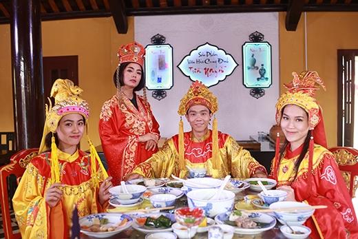 C-Tút, Phương Ti Ti, Trúc Mâyđã có buổi yến tiệc vô cùng thịnh soạn.