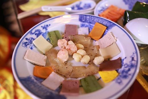 Hải sâm nấu với tôm ba oản và rau củ.