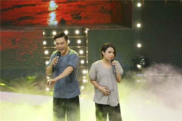 Ngườilái đò Lê Dương Bảo Lâm tạo bầu không khí tươi vui với khả năng tấu hài của mình bằng một lời chào hết sức độc đáo, đem đến cho khán giả tràng cười thích thú.
