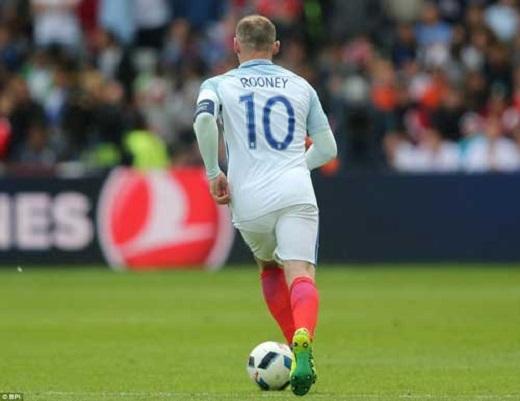 Rooney được HLV Hodgson kéo xuống đá tiền vệ