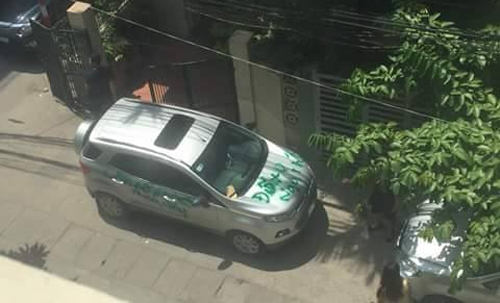 Chiếc xe đỗ chắn trước cổng nhà. (Ảnh: Internet)