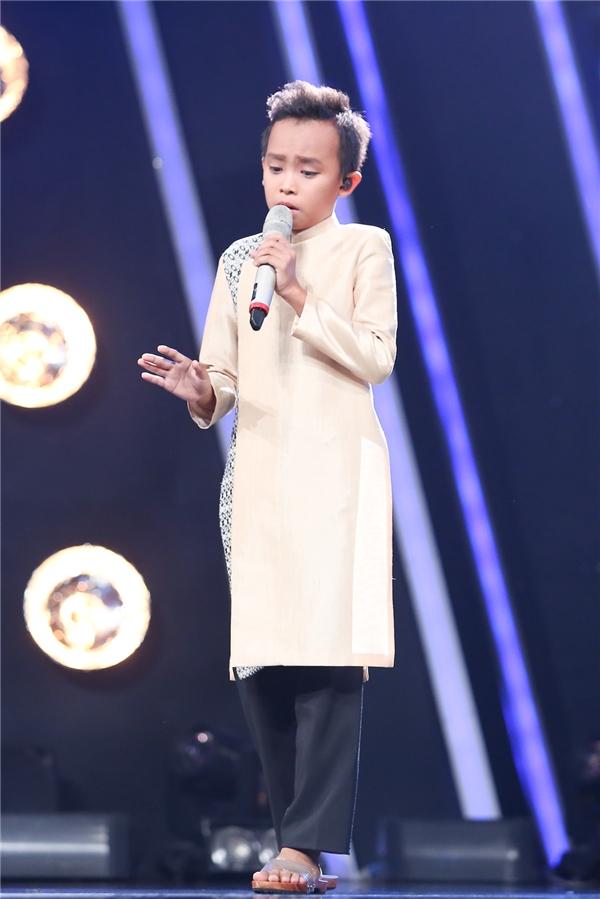 Hồ Văn Cường lần đầu tiên thể hiện cải lương trên sân khấu Idol Kids nhưng chất giọng ngọt ngào, đầy tình cảm chất chứa trong từng câu chữ tiếp tục chinh phục người nghe.